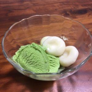 お豆腐白玉だんごに抹茶アイスをのせる