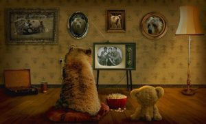 くまさんの親子がテレビを見ている