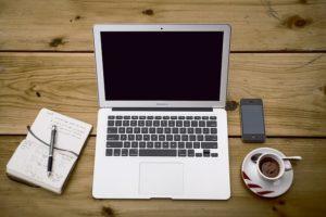 ノートpcを家の机で広げてブログをかくイメージ