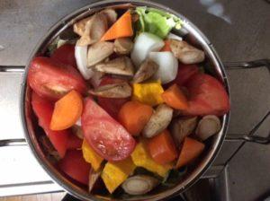 材料の野菜を鍋に入れる