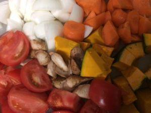 材料の野菜を乱切りする
