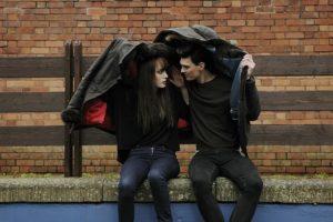 雨の中見つめ合うカップルの画像
