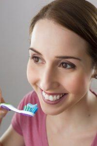 歯ブラシをす女性の画像